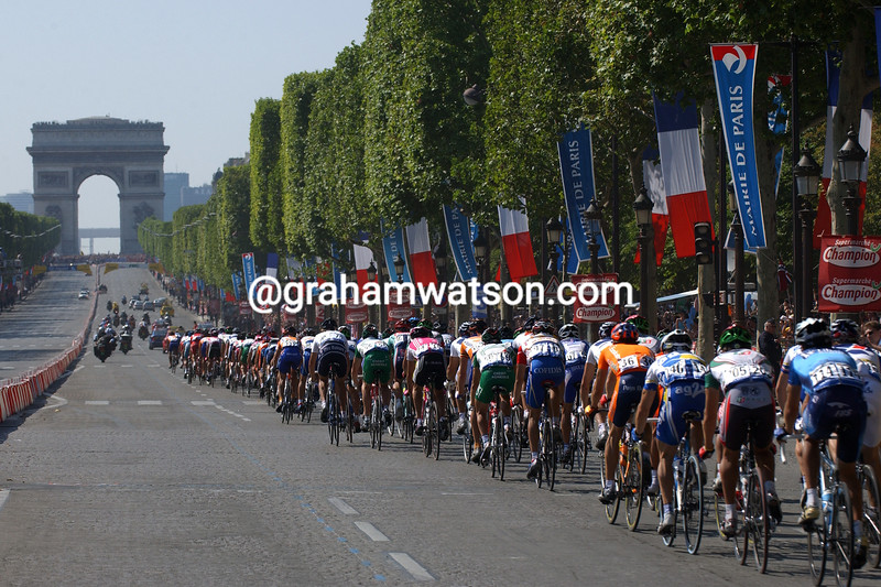 The 2004 Tour de France enters Paris