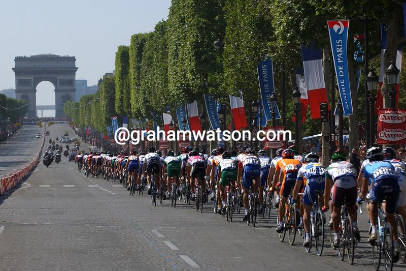 The 2004 Tour de France enters Paris