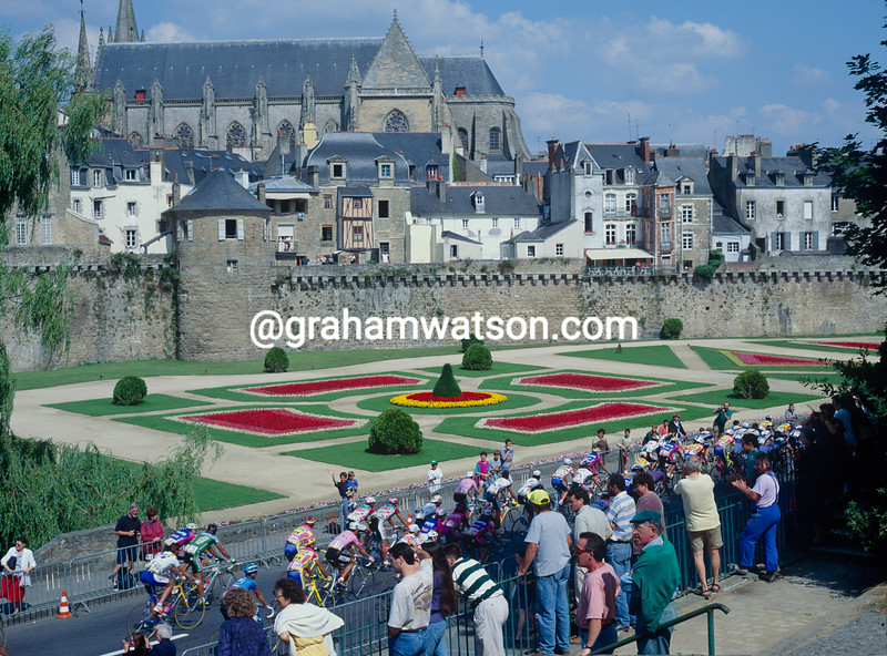 The peloton passes Vannes in the 1997 Tour de France