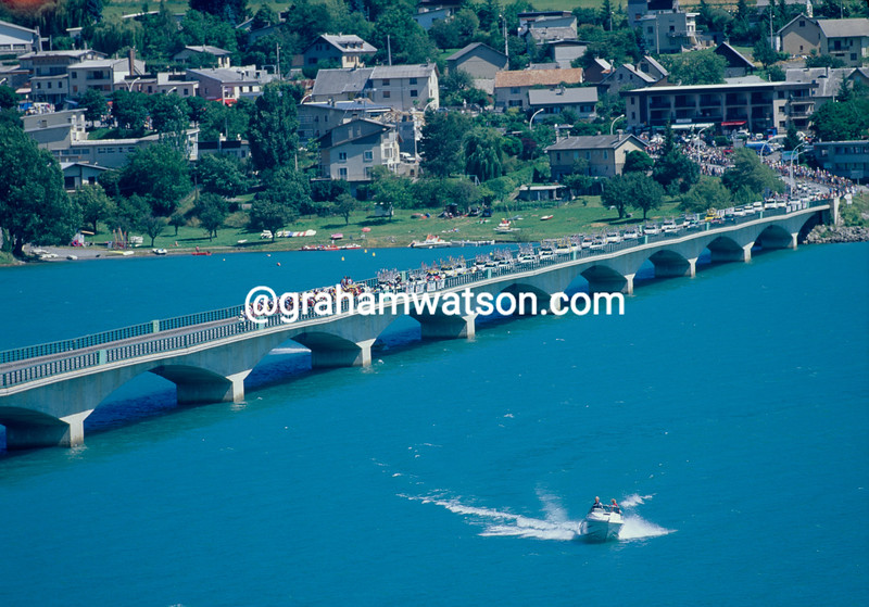 The peloton crosses the reservoir of Sierre-Ponçon in the 1996 Tour de France