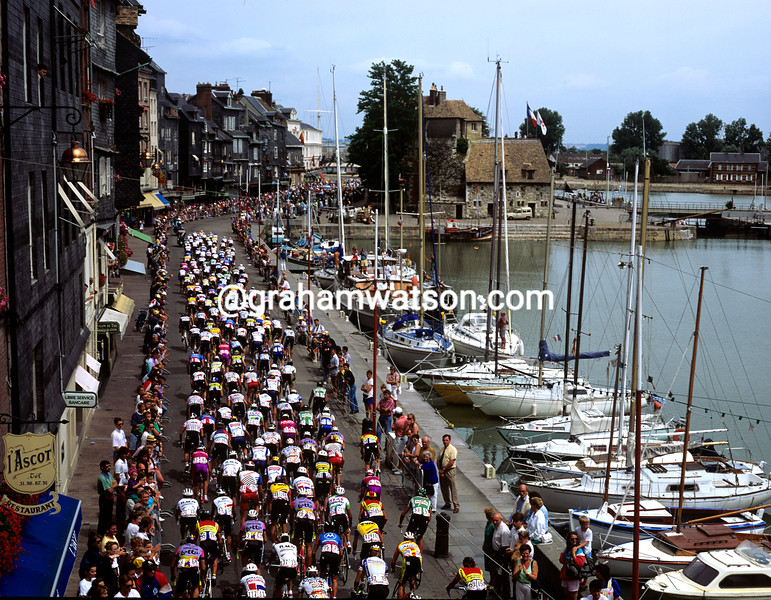 Honfleur welcomes cyclists in the 1988 Tour de France