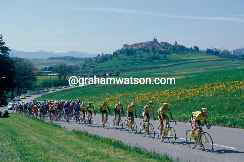 The peloton passes the village of Payerne in the 1999 Tour de Romandie