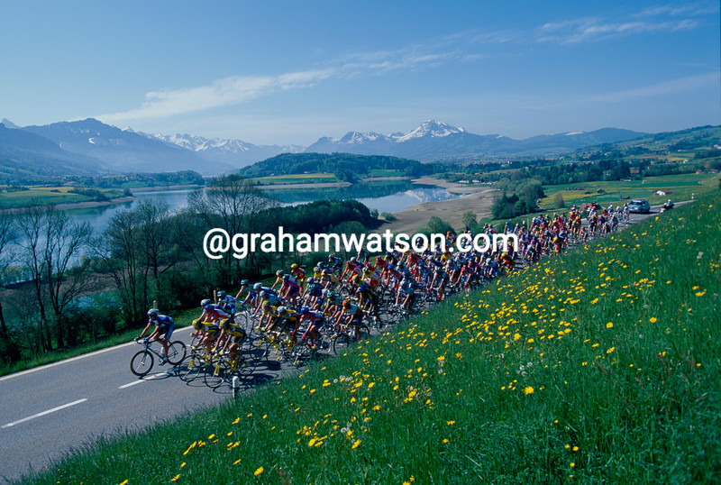 The peloton passes the lake of Gruyere on a stage of the 2000 Tour de Romandie
