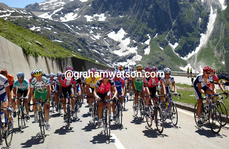 THE PELOTON CLIMBS THE OBERALPE PASS IN THE 2003 TOUR DE SUISSE