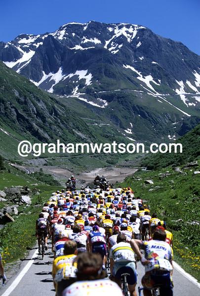 The peloton climbs the Nufenenpass in the 2003 Tour de Suisse