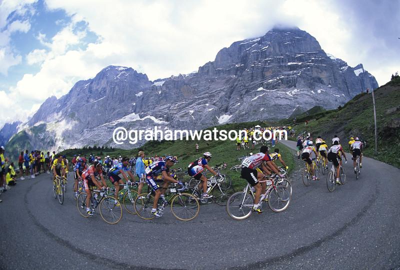 The peloton climbs the Grosse Scheidegg in the 1997 Tour de Suisse