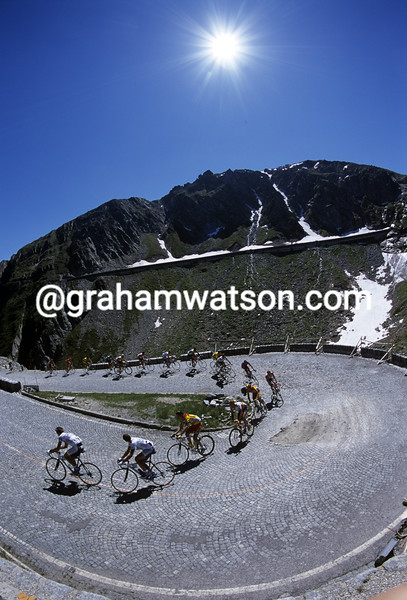 Cyclists climb in the 2001 Tour of Switzerland