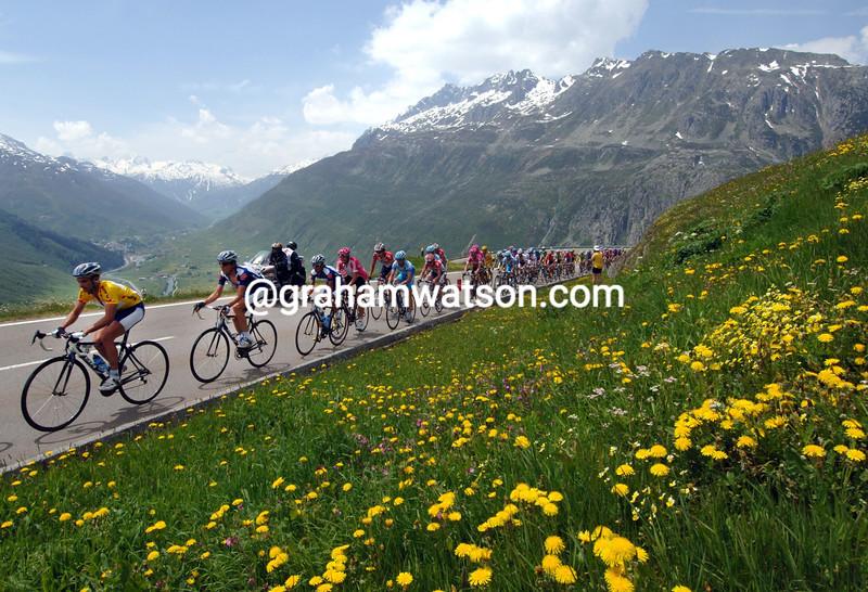 THE PELOTON CLIMBS THE OBERALP PASS DURING THE 2006 TOUR OF SWITZERLAND