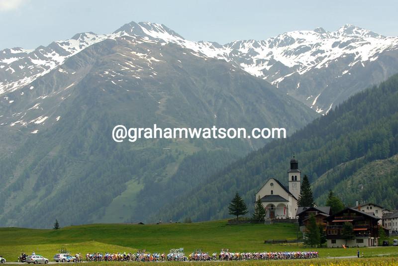 THE PELOTON CLIMBS TOWARDS THE FURKA PASS DURING THE 2006 TOUR OF SWITZERLAND