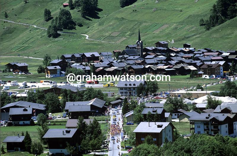 The peloton passes Ullrichen in the Tour de Suisse