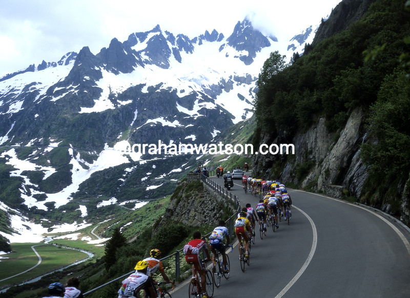 Cyclists climb the Sustenpass in the 1999 Tour of Switzerland