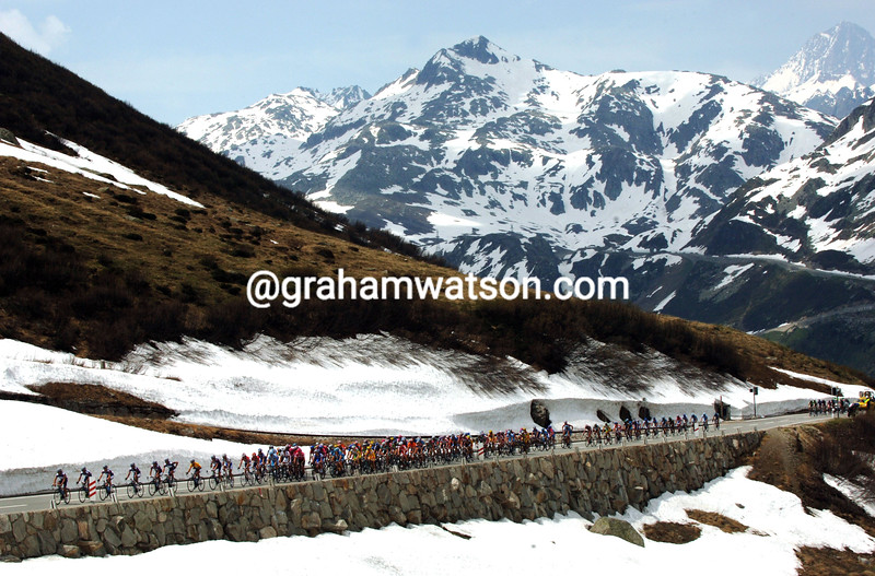 THE PELOTON CLIMBS THE FURKA PASS DURING THE 2006 TOUR OF SWITZERLAND