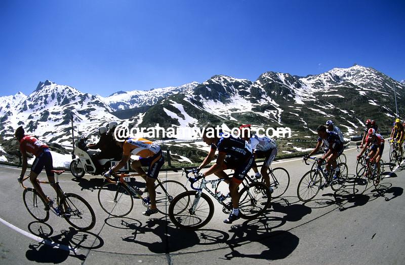 The peloton climbs the St Gottard Pass in the 2001 Tour de Suisse
