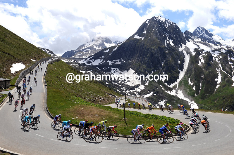 THE PELOTON DESCENDS THE NUFENENPASS ON STAGE TWO OF THE 2011 TOUR DE SUISSE