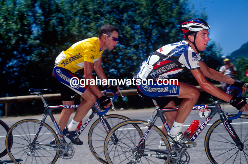 Tyler Hamilton leads Lance Armstrong in the 2000 Tour de France