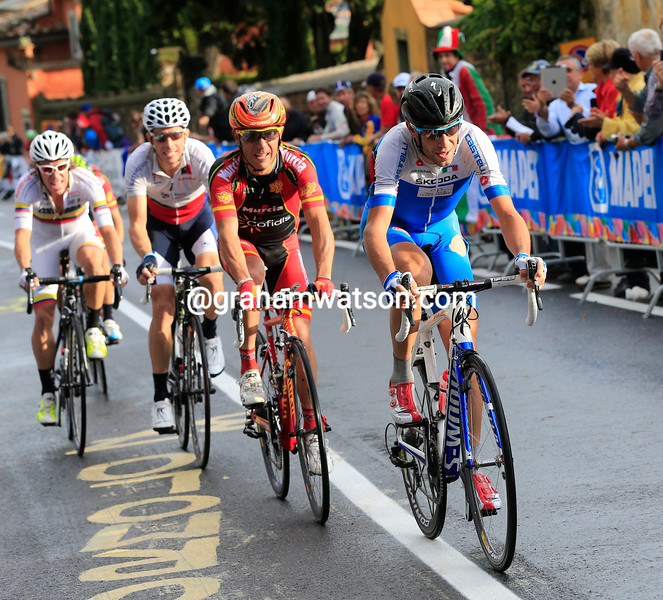 Nibali leads Rodriguez, Rui Costa, Uran and Valverde on the penultimate climb of the race...