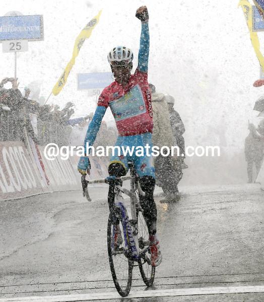 Vincenzo Nibali wins stage twenty at the 2013 Giro d'Italia