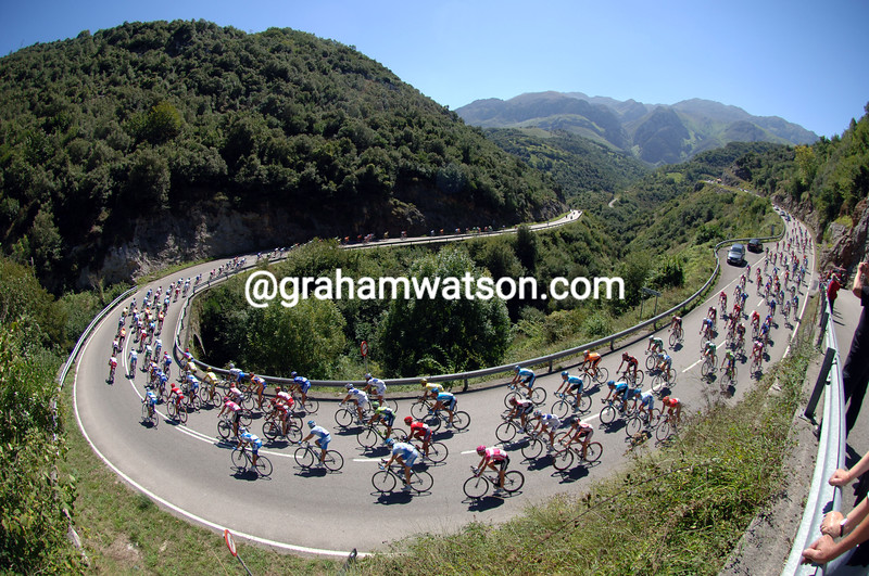 THE PELOTON DESCENDS THROUGH THE ASTURIAS MOUNTAINS ON STAGE Five OF THE 2007 TOUR OF SPAIN