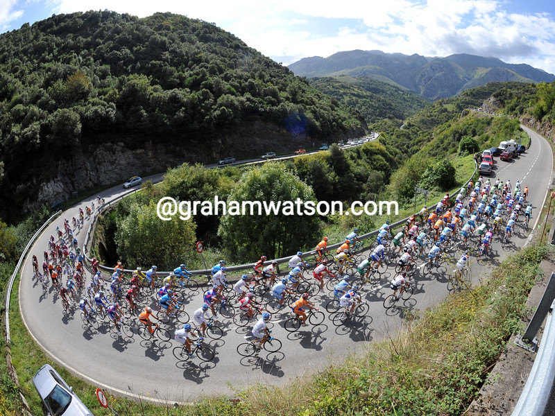 THE PELOTON ON STAGE THIRTEEN OF THE 2008 TOUR OF SPAIN