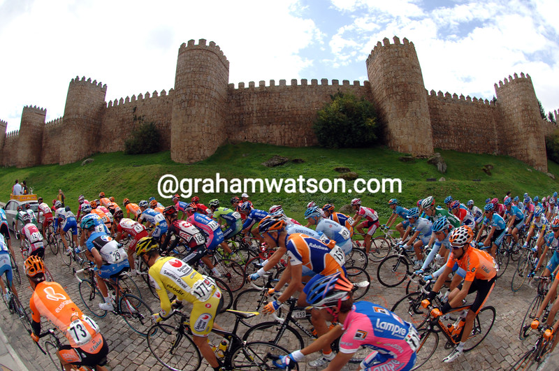 THE PELOTON CLIMBS PAST THE WALLS OF AVILA ON STAGE NINETEEN OF THE 2007 TOUR OF SPAIN