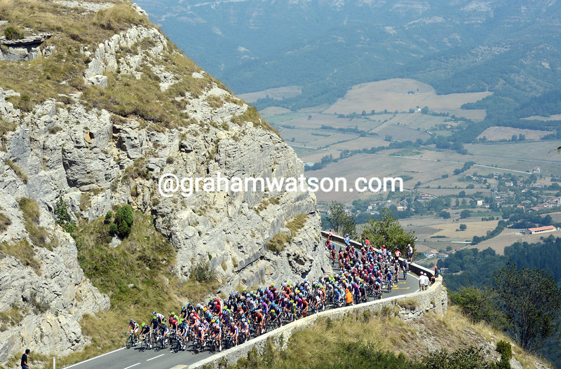 The peloton climbs the Puerto de Orduña on stage four of the 2012 Vuelta España