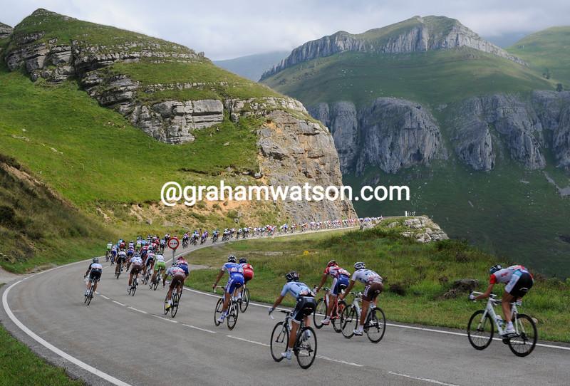 The peloton descends the Puerto de Alisas in the 2011 Vuelta a España