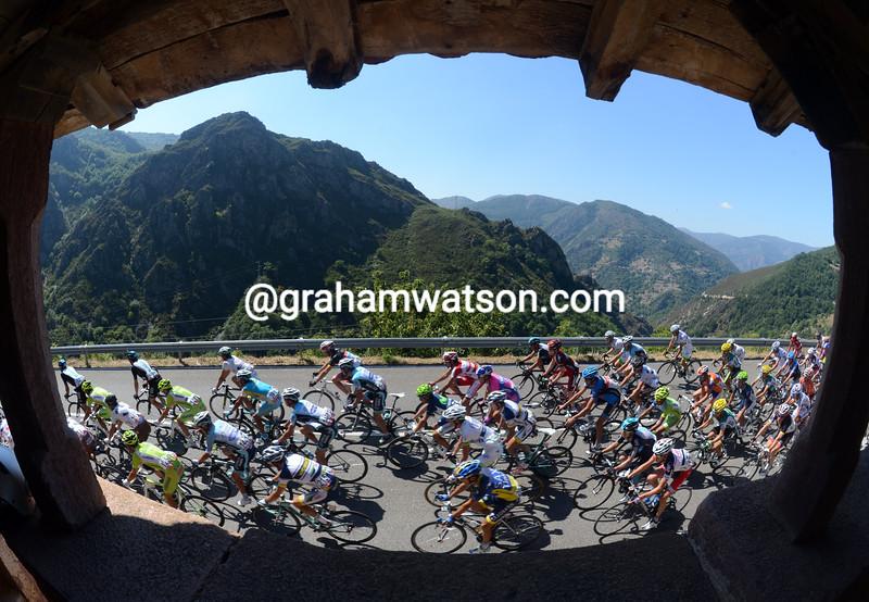 The peloton on stage sixteen of the 2012 Vuelta EspaÒa