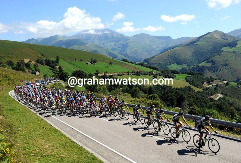 THE PELOTON ON STAGE EIGHTEEN OF THE 2011 TOUR OF SPAIN