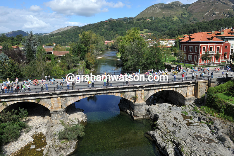 THE PELOTON LEAVES CANGAS-DE-ONIS IN THE 2008 TOUR OF SPAIN