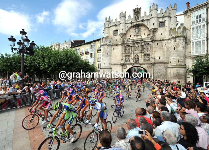 THE PELOTON LEAVES BURGOS IN THE 2008 TOUR OF SPAIN