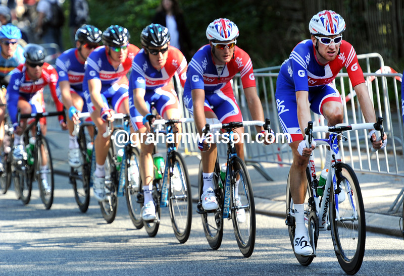 bradkey wiggins LEADS THE CHASE IN THE MENS ROAD RACE