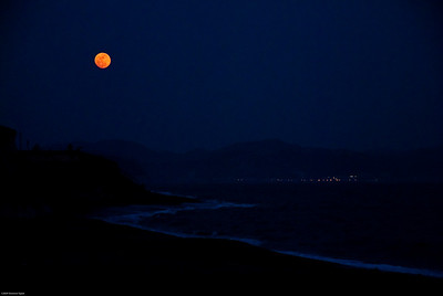 Moon rises over Kamakura.