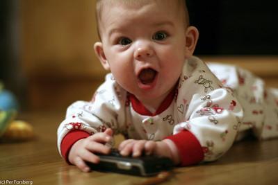 Pappas mobiltelefon är alltid en uppskattad leksak!