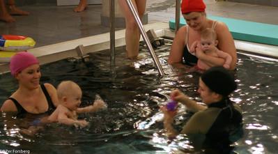 Första gången ner i simbassängen på babysimmet!