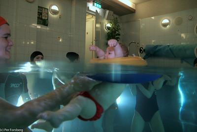 Hjälp mamma, jag ramlar ju nästan ur badringen!
