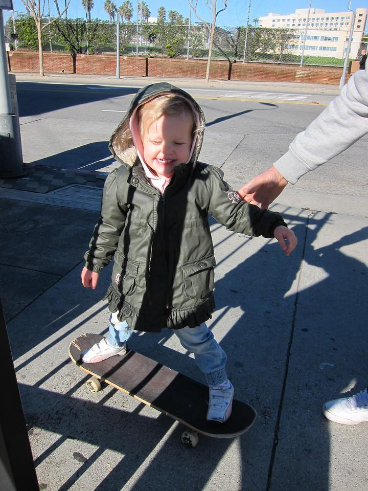 Lilly vill också testa på skateboard!