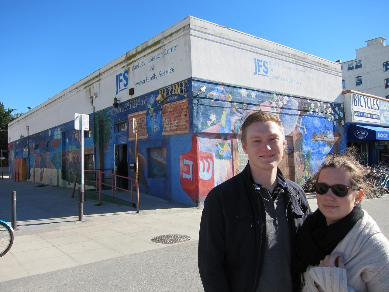 Nu närmar vi oss Venice Beach. Och alla lösdrivande hippies som inte har något bättre för sig än att röka lite hasch och klottra på väggarna.