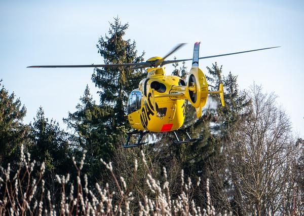 Rescue helicopter lands in the meadow | Augsburg, Bayern, Deutschland