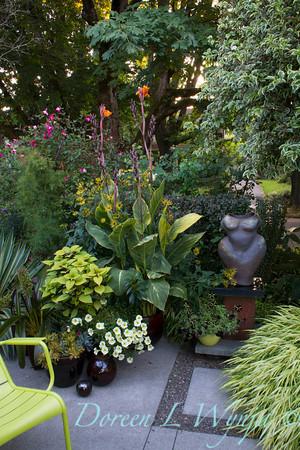 Atist nude figure in the garden_2102