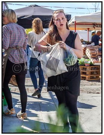 Ayoe med ærter på torvet på Israels plads  maj 2012  Foto: Torben Christensen © Copenhagen 2012
