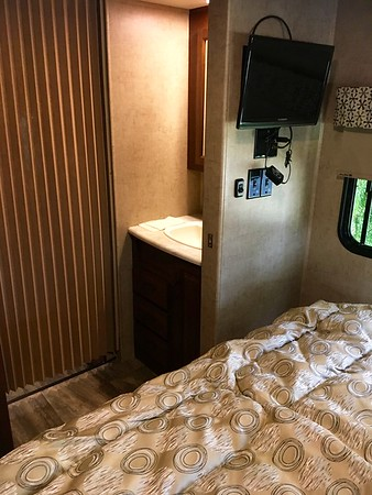 23 Sunseeker 1st 84 privacy bath-w