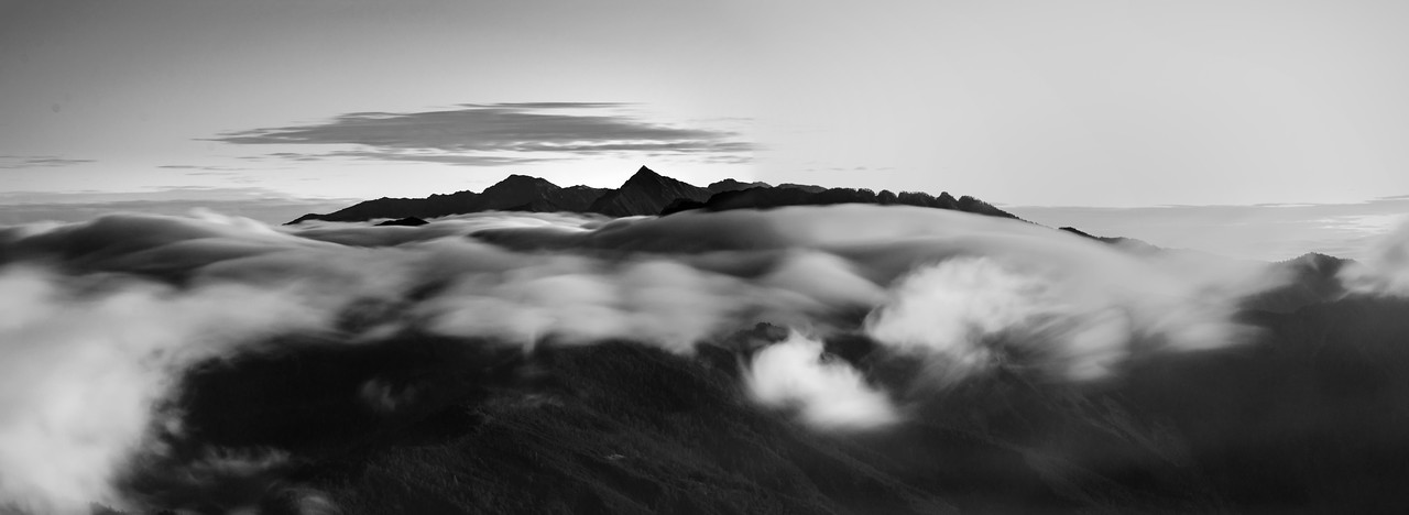 Central Range Point (Zhongyangjian Mountain; 中央尖山) and some movig clouds