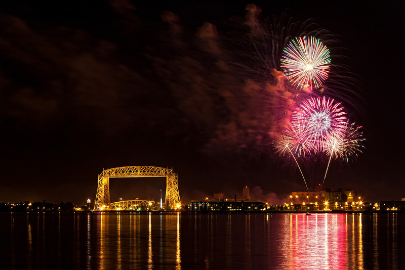 IMAGE: http://www.northerncaptures.com/NorthShorePictures/Duluth-Minnesota-Photo-Gallery/i-LM2XZ8M/0/L/2011-duluth-fireworks-2-L.jpg