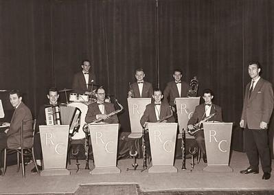 Jan Kooreman sr. op de piano bij de 'Ritme Club'