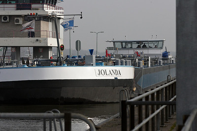 Jolanda enters the lock at Sambeek