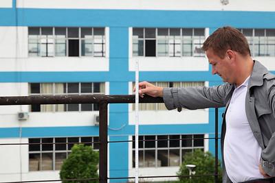 Industrieterrein - de oppermeter aan het werk met laser gestuurde duimstok