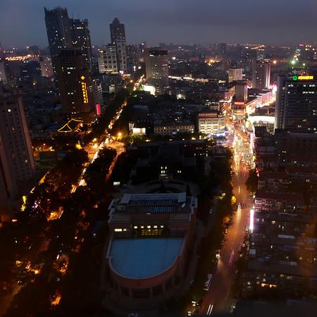 Avond blik op Nanjing vanuit het hotel