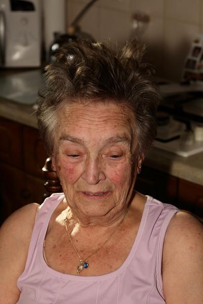 De jarige job wordt mooi gemaakt door de kapper; Diane.