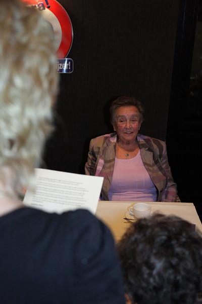 Oma luistert naar het gedicht van Diane