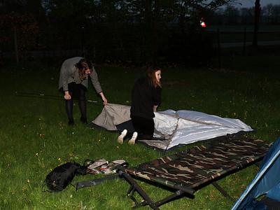 Voor de start van het feest snel de tenten opzetten want dat zal na afloop lastiger gaan.....